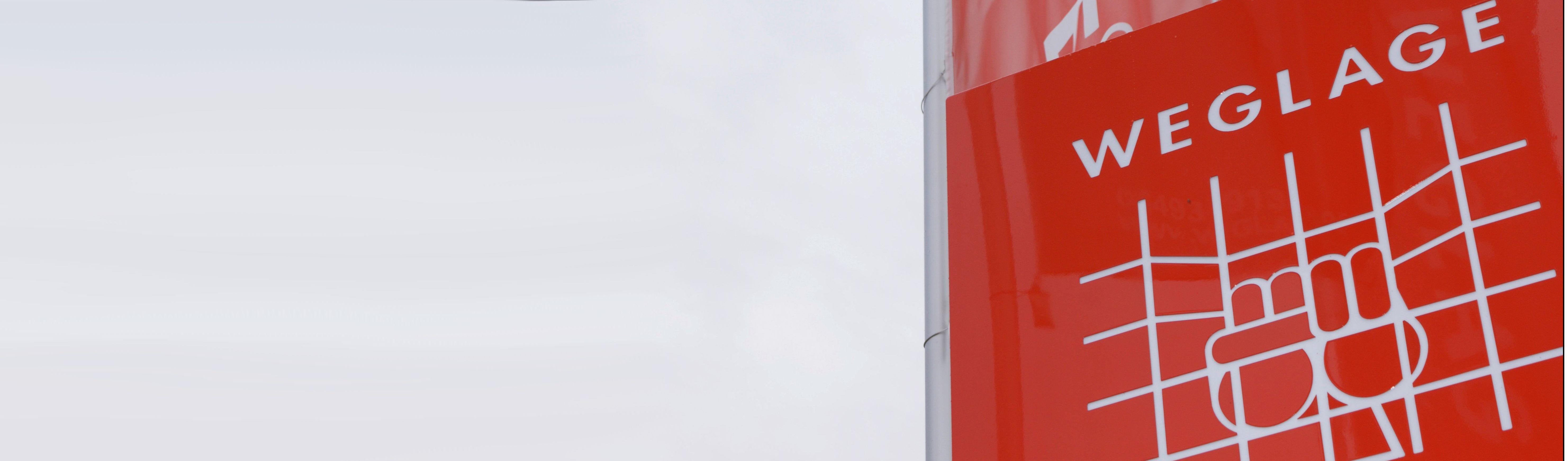 Weglage-Logo auf Pylon und Fahne im Hintergrund