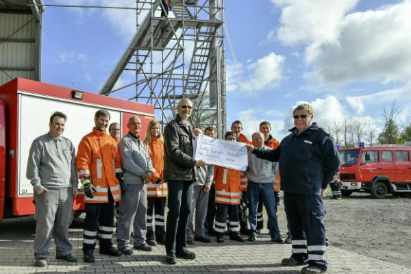 Georg Weglage übergibt eine Spende in Höhe von 1.000 Euro an die Freiwillige Feuerwehr Vörden.